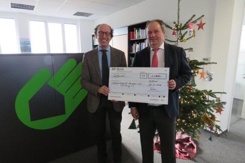Geschäftsführer Christian Hörtkorn überreicht einen Spendenscheck