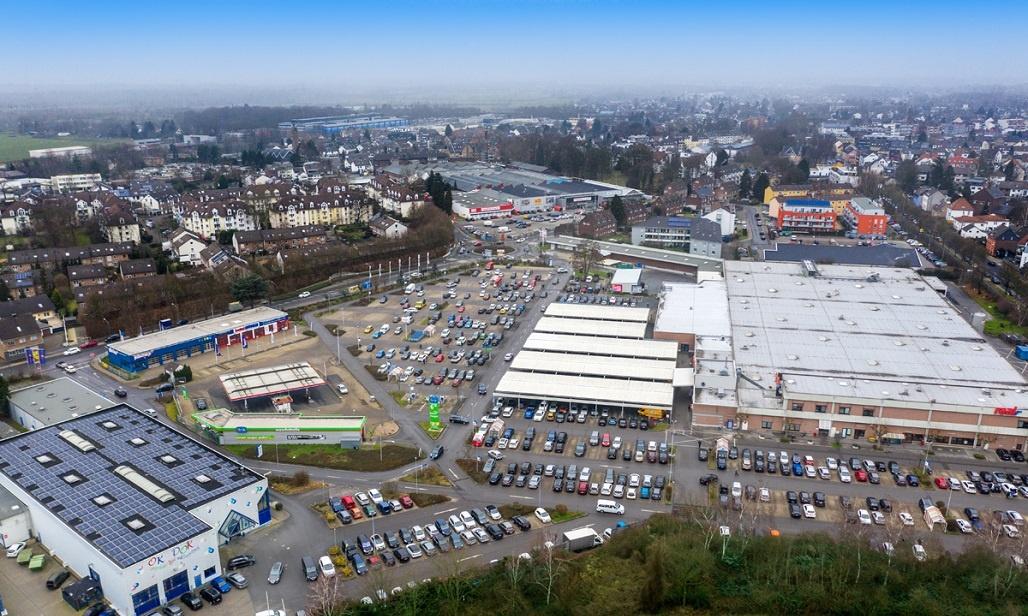Luftbild voller Parkplatzes real Markt Langenfeld