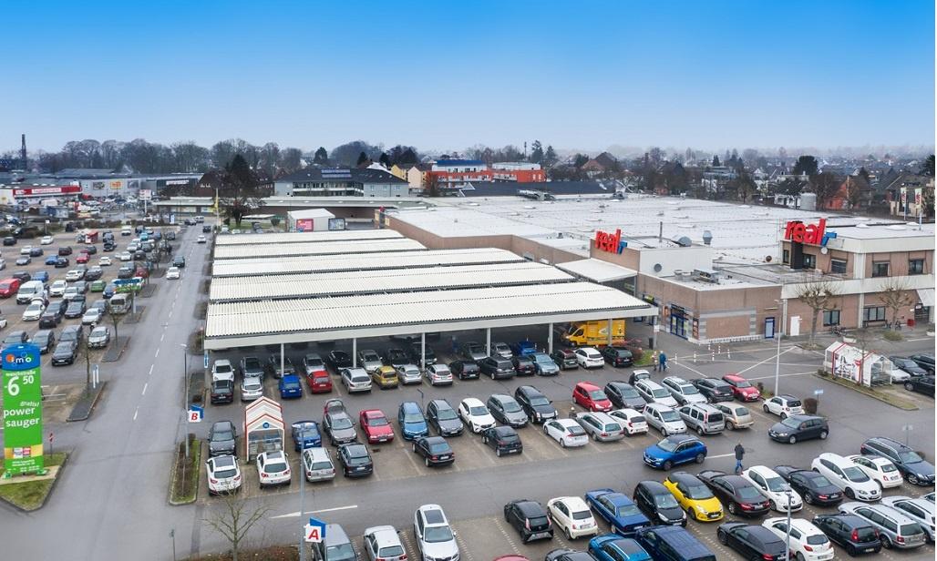 real Markt Langenfeld - überdachte Parkplätze und Eingangsbereich