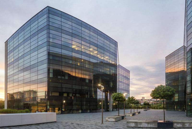 Beispielbild einer Büroimmobilie mit Glasfassade im Abendlicht