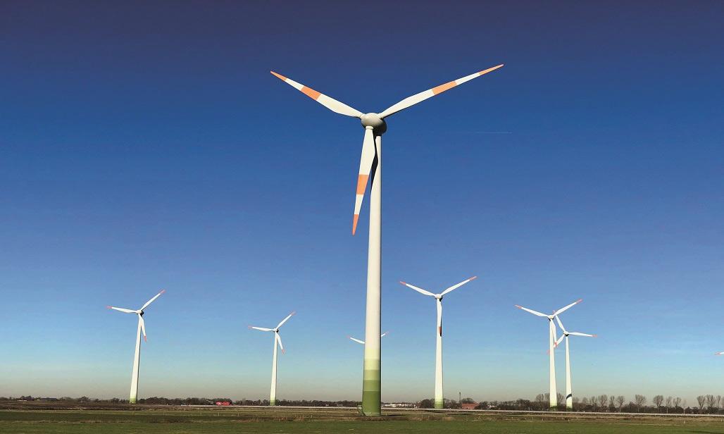 Windpark vor blauem Himmel - In Erneuerbare Energien investieren mit Ökorenta